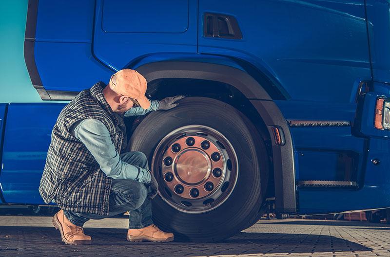 Những thách thức của nghề lái xe tải đã biến các bác tài thành những người thợ gara chuyên nghiệp