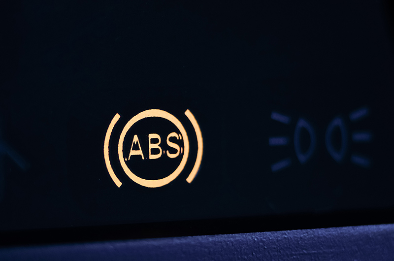 Khi đèn ABS hoạt động, tài xế không nên bỏ qua nó